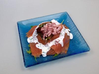 Salade de saumon fumé, lardons chaud et sa crème ciboulette
